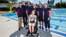 Jamie in front of the pool with the Para  Start team around her.